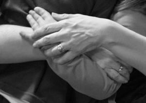 Imagen detalle de dos personas abrazando sus manos