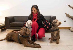 Imagen de la presidenta de la Fundación junto a los perros del programa