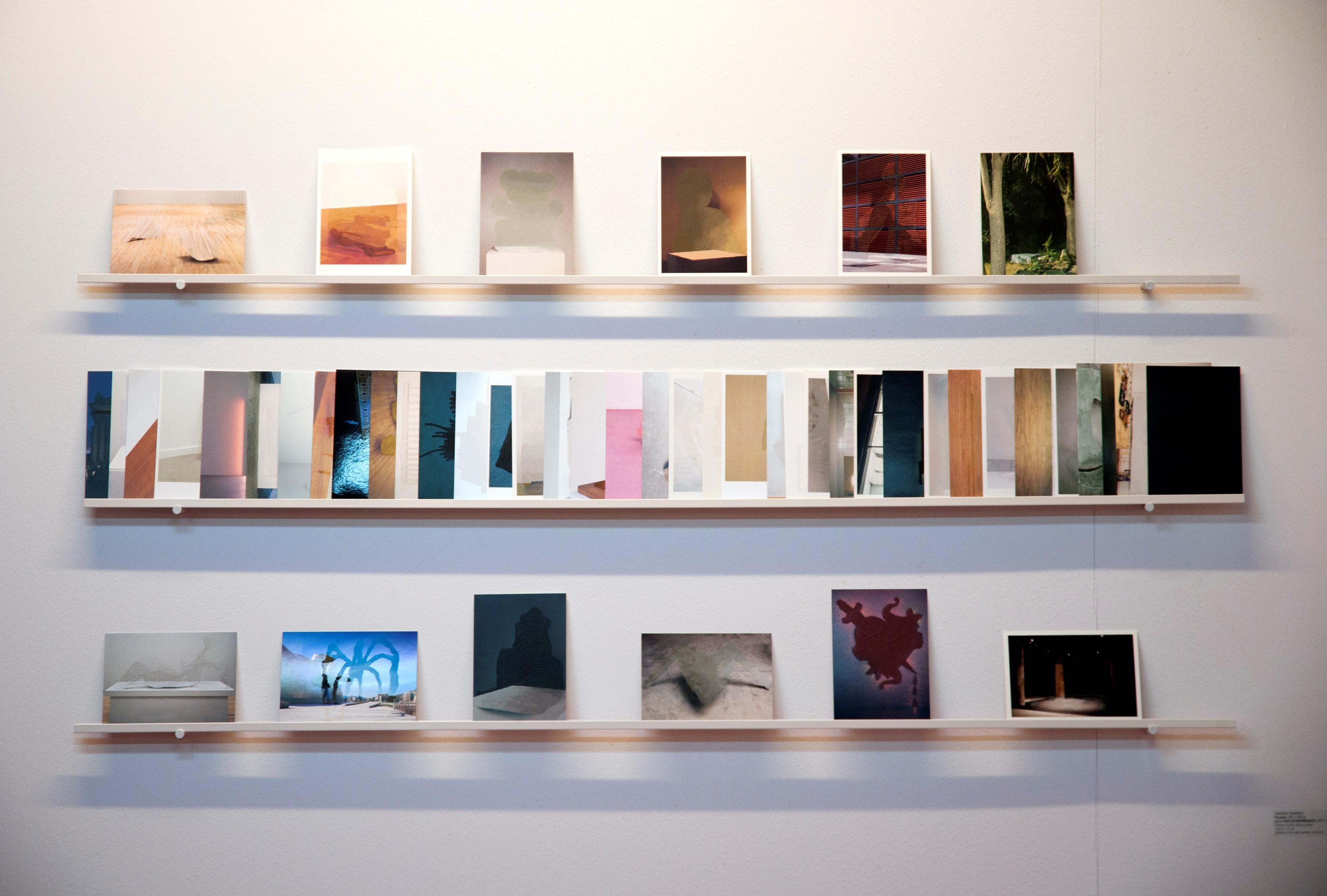 Estantería con libros ilustrativa fallo VII premio internacional de arte 2019