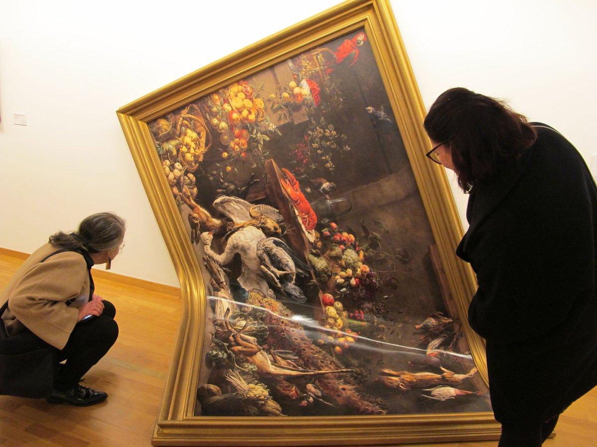 Imagen de dos mujeres apreciando una de las obras de la colección